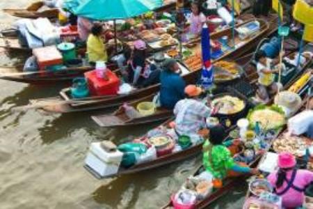 Jeden deň na thajskom plávajúcom trhu Amphawa