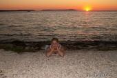 já na pláži při západu slunce