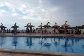 pri bazéne - čakanie na lehátka:)