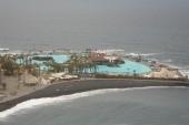 Pohľad z vyhliadky pod hotelom na kúpalisko Lago Martiánez (nie je vidieť celé)
