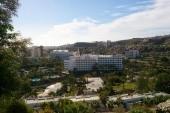 Pohled na hotel z přilehlé skály.