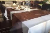 neupratané stoly v jedálni počas podávania chodov