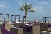 Pohled k hotelové pláži
