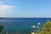 Pohled na moře, vlevo se nachází pláž.