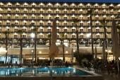 pohled z lehátka na noční hotel