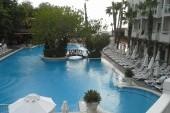 Pohled na bazén z lobby