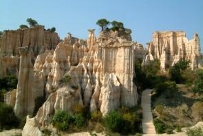 Skalné výbežky Les Orgues de Roussillon