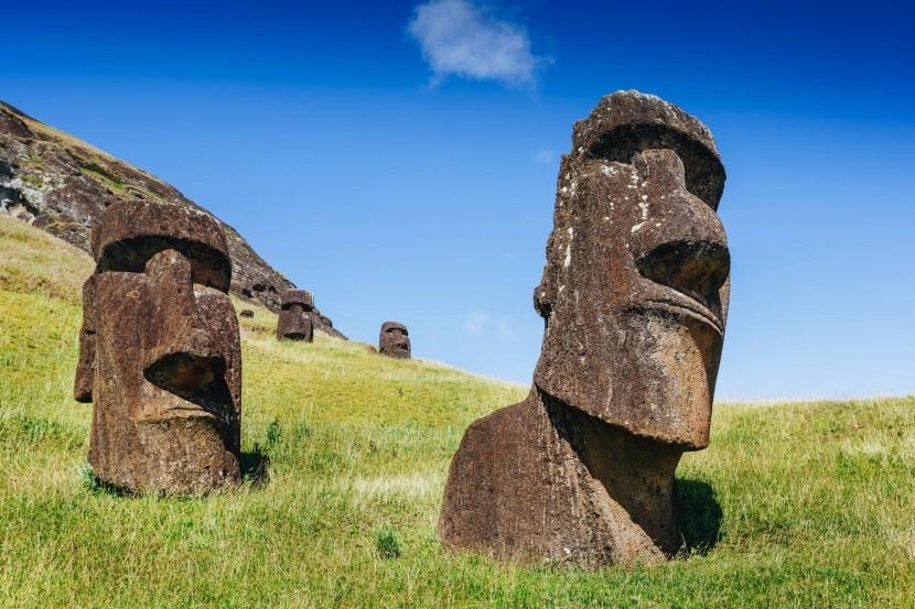 Sochy Moai na Veľkonočnom ostrove