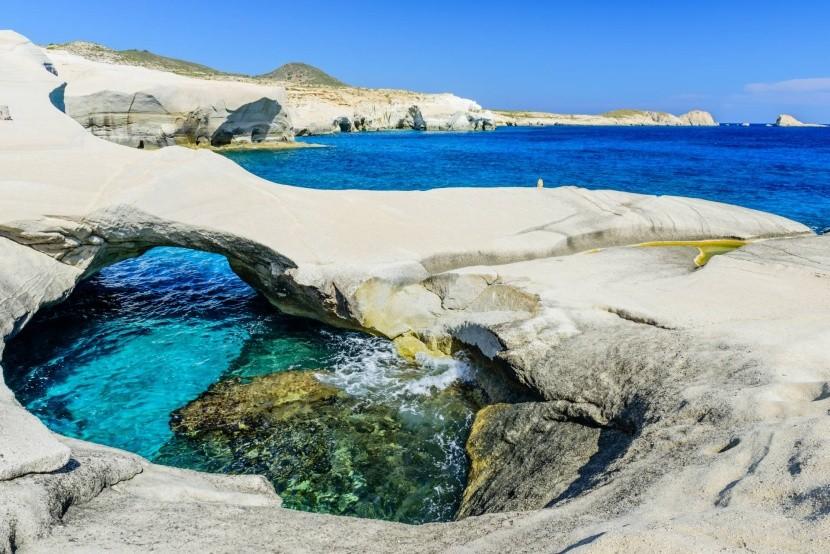 Nádherné skalnaté pobrežie pri pláži Sarakini