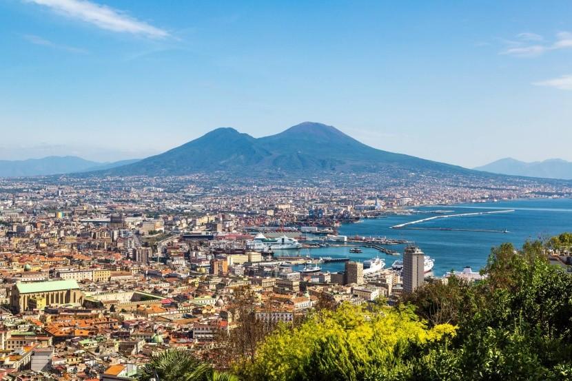 Neapol s Vezuvom v pozadí
