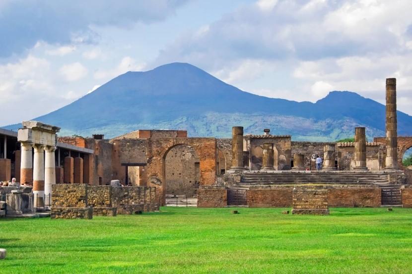 Pompeje so sopkou Vezuv v pozadí