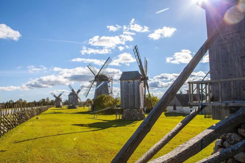 Veterné mlyny pri dedinke Angla