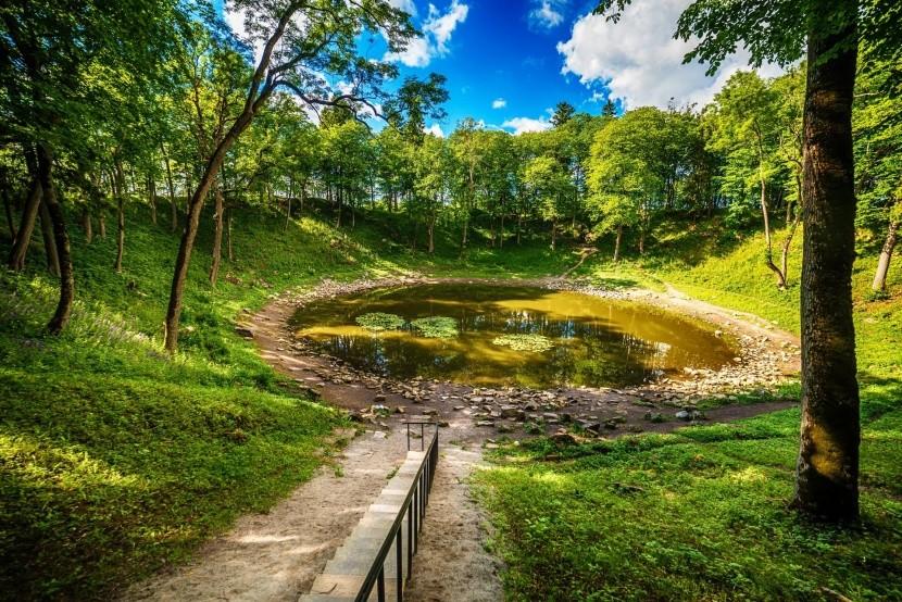 Jeden z kráterov v Kaali