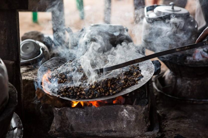 Tradičné praženie kávy v Etiópií