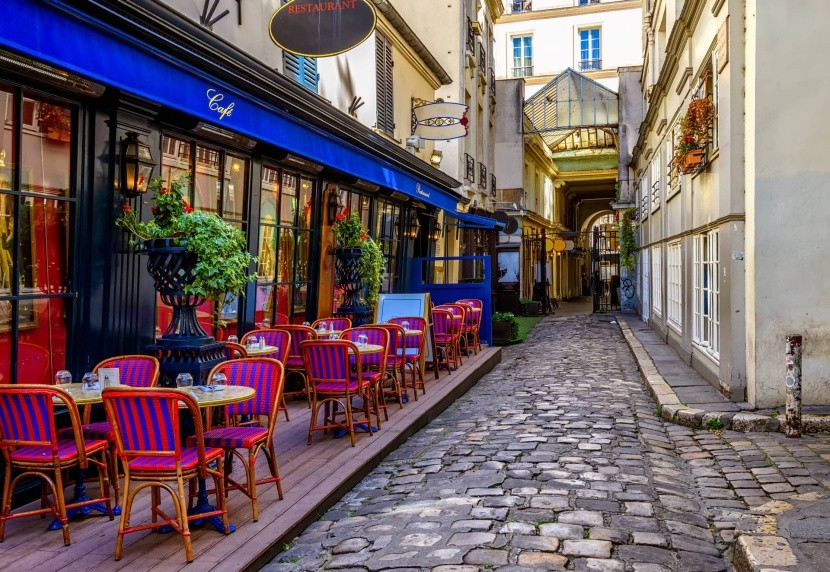Typická parížska ulica s kaviarňami