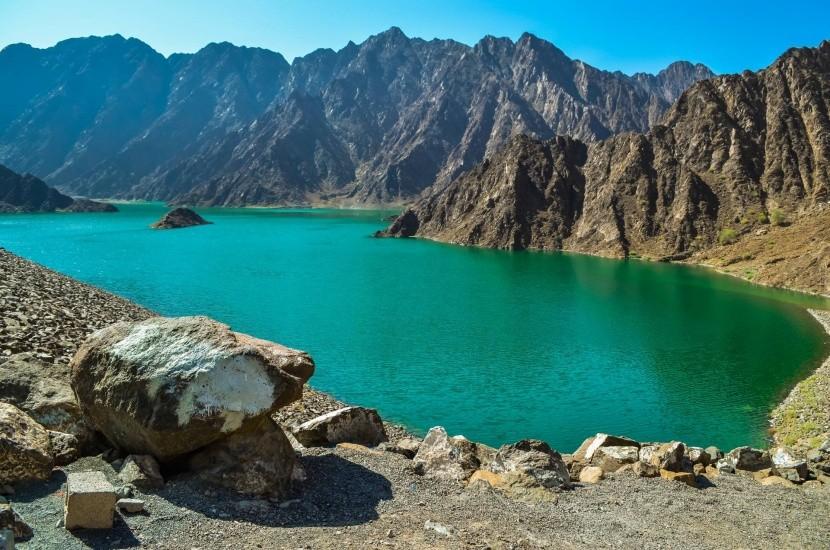 Priehrada Hatta obklopená horami