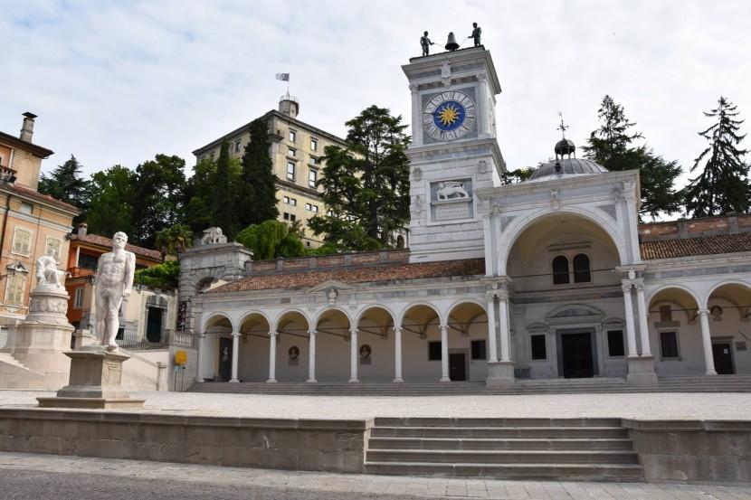 Loggia di San Giovanni s hodinovou vežou