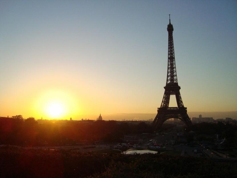 Východ slnka pri Eiffelovej veži