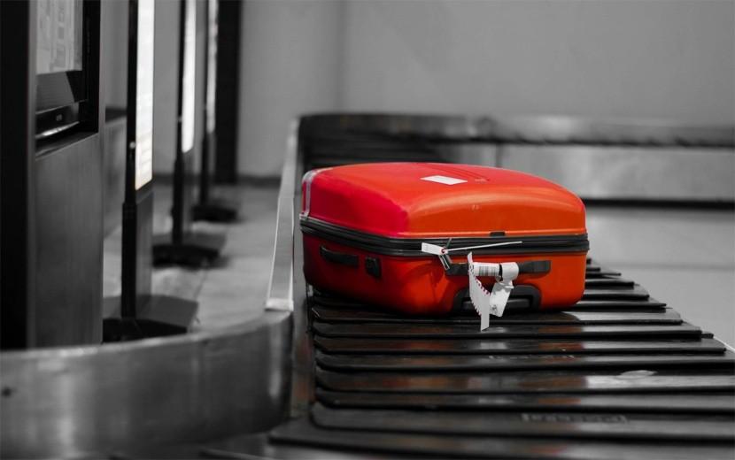 Zabudnutý kufor na letiskovom páse