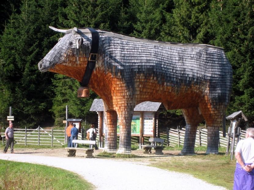 """Drevená """"Trojská"""" krava pri Teichalmsee"""