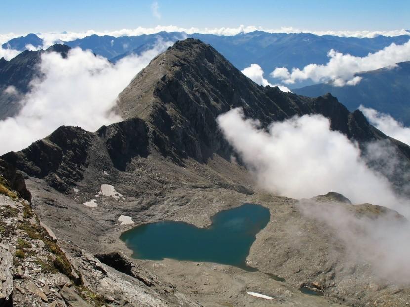 Jazero v tvare srdca v rakúskych Alpách
