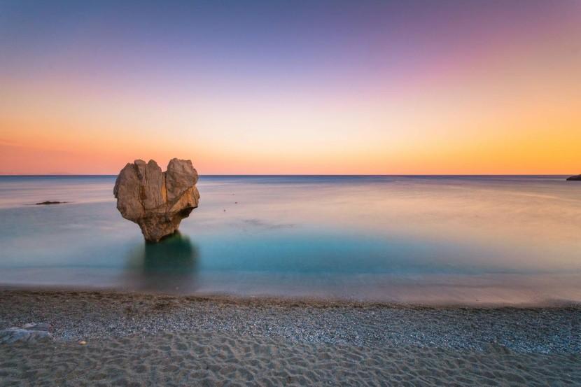 Skala na pláží Preveli na Kréte