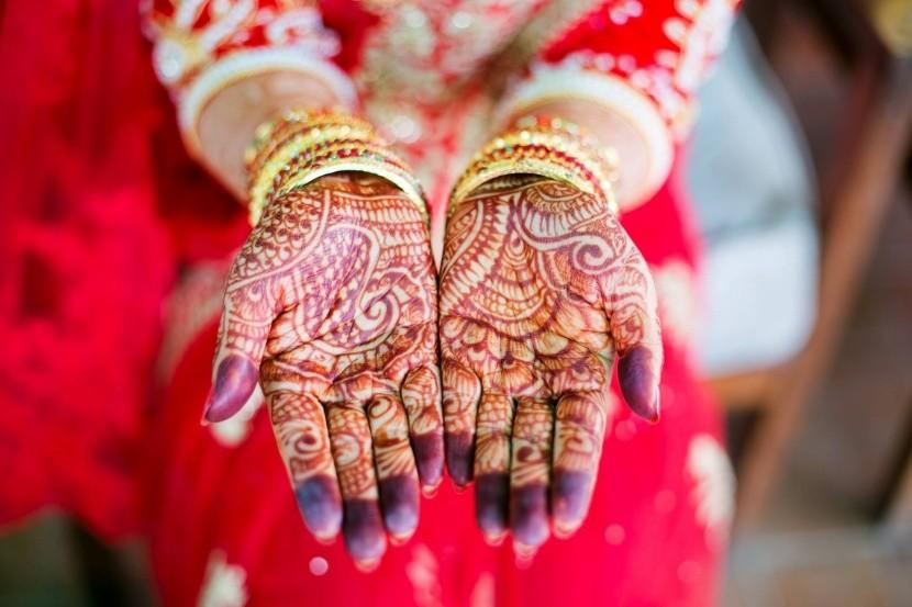 4b3a9a41de V Indii majú nevesty ruky pomaľované hennou