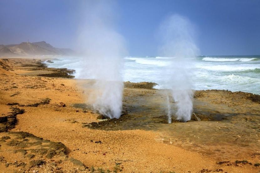 Blow holes u pláže Mughsayl