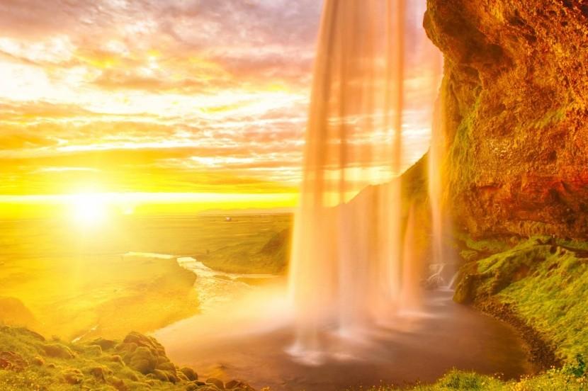 Polnočné slnko pri vodopáde Seljalandsfoss