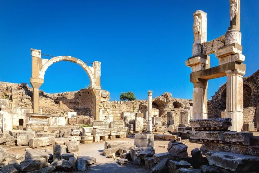 Domiciánov chrám a Poliova fontána
