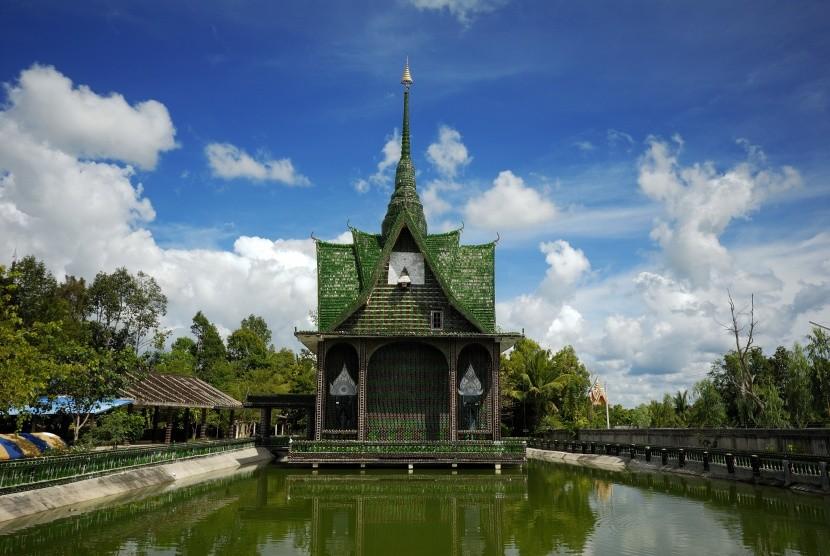 Chrám z miliónov fliaš Wat Lan Khuad v Thajsk