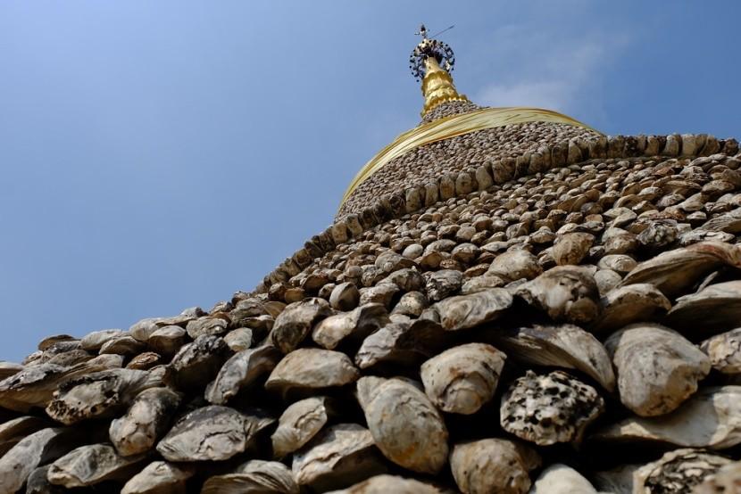 Pagoda postavená z fosílií ústric