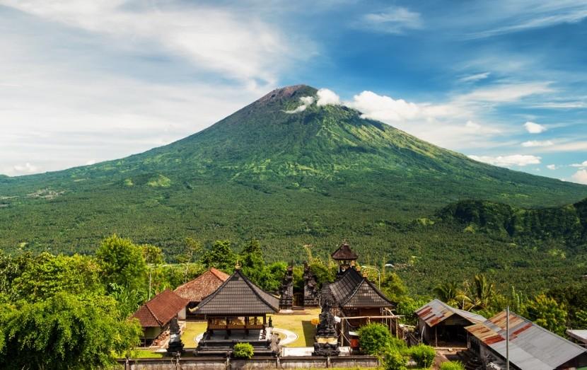 Driemajúca sopka Agung je najvyššou horou na
