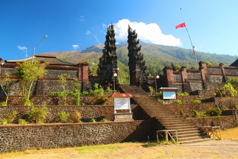 Brána k vrcholu pri chráme Pura Pasar Agung