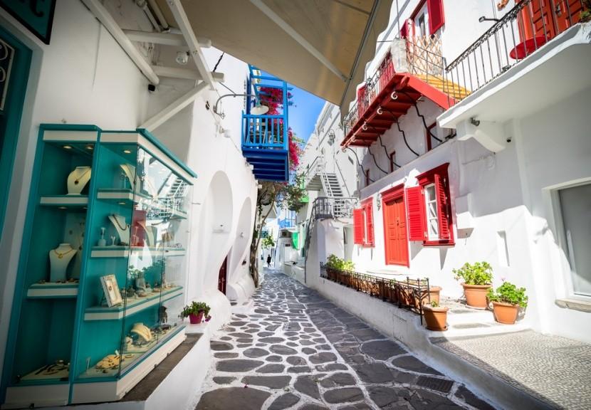 Typické úzké uličky na ostrove Mykonos