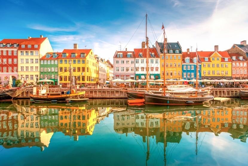 Farebné domčeky a prístav v Dánsku
