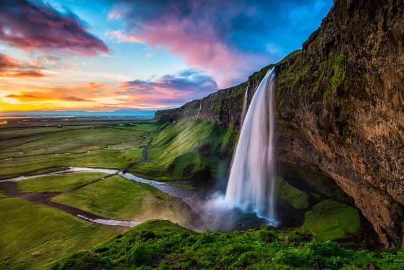 Vodopád a zelené pláne na Islande