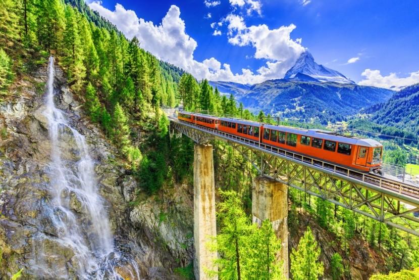 Príroda a železničná trať vo Švajčiarsku