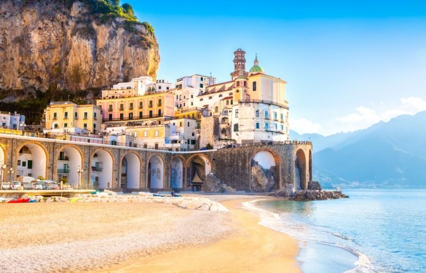 Pláž v Atrani v talianskej Kampánii