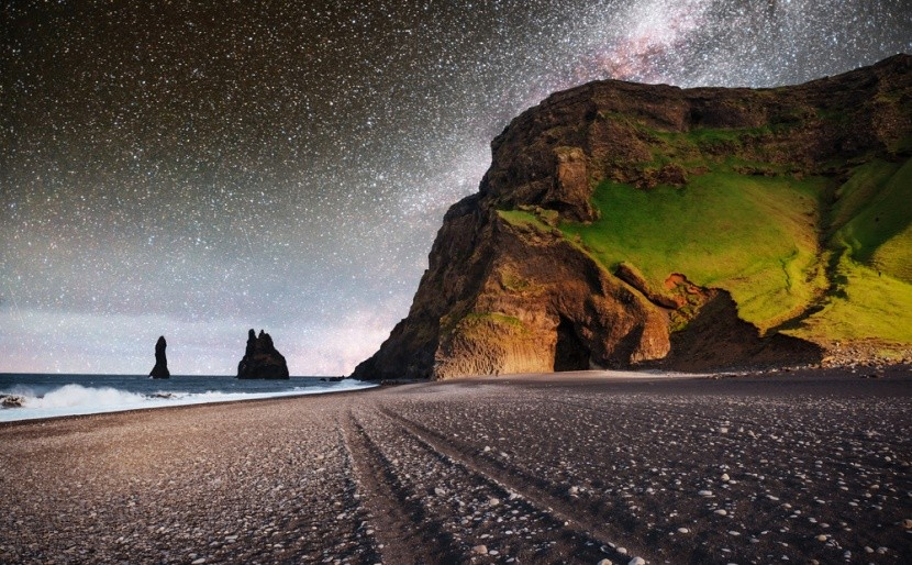 Pláž s čiernym pieskom Reynisfjara, Island