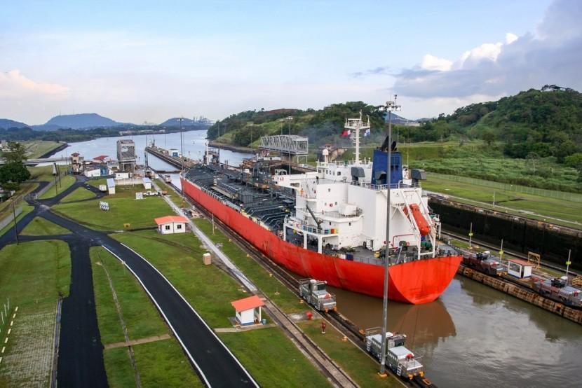 Panamský prieplav spája Atlantik a Pacifik