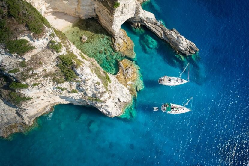 Jachty v zálive ostrova Paxos, Grécko