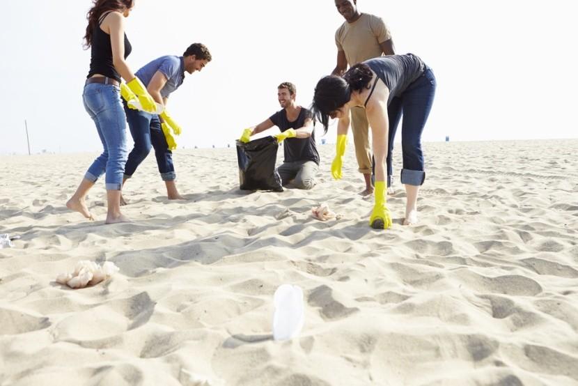 Upratovanie pláže býva stále častejšou aktivi