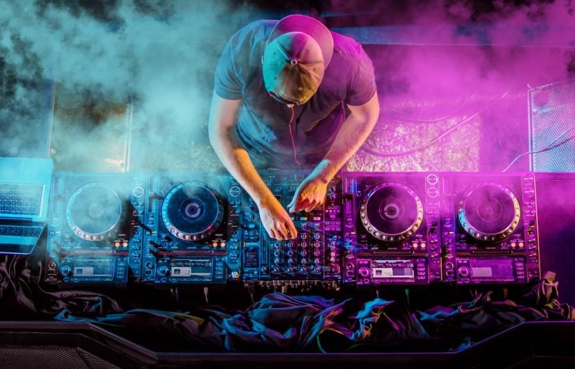 Mixážny pult a DJ