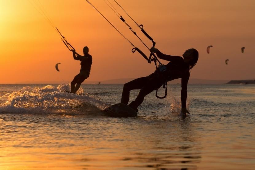 Boardkiting pri západe slnka