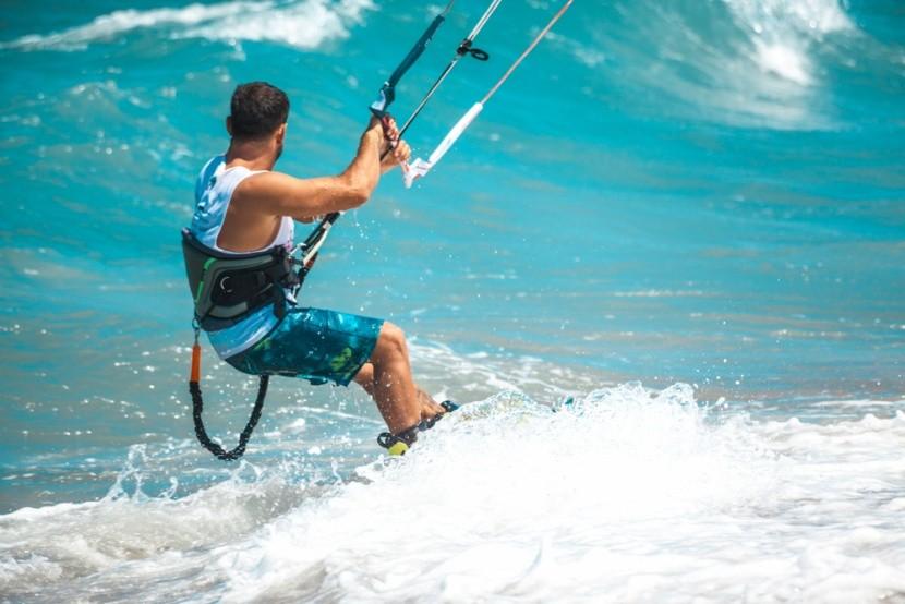 Adrenalín vo vlnách: Surfkiting