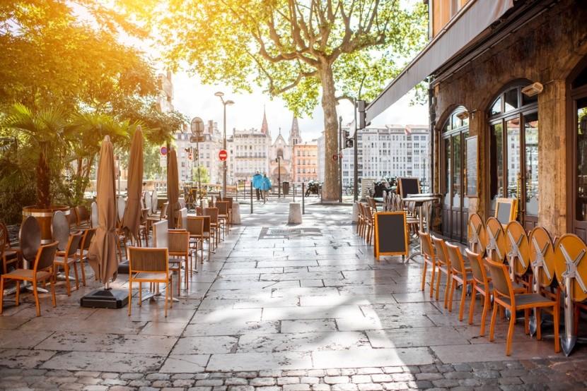 Typické reštaurácie na brehu rieky v Lyone